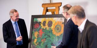 """NDR-Intendant Lutz Marmor (l) begutachtet das Bild """"Sonnenblumen"""" von Emil Nolde."""
