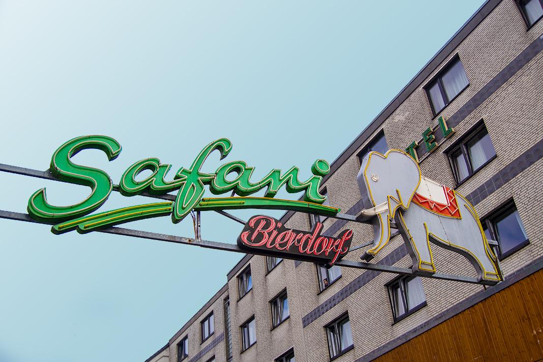 Das Schild des Safari Club prangt mitten über der Großen Freiheit und wurde bei der Tour durch die Drehorte besichtigt.