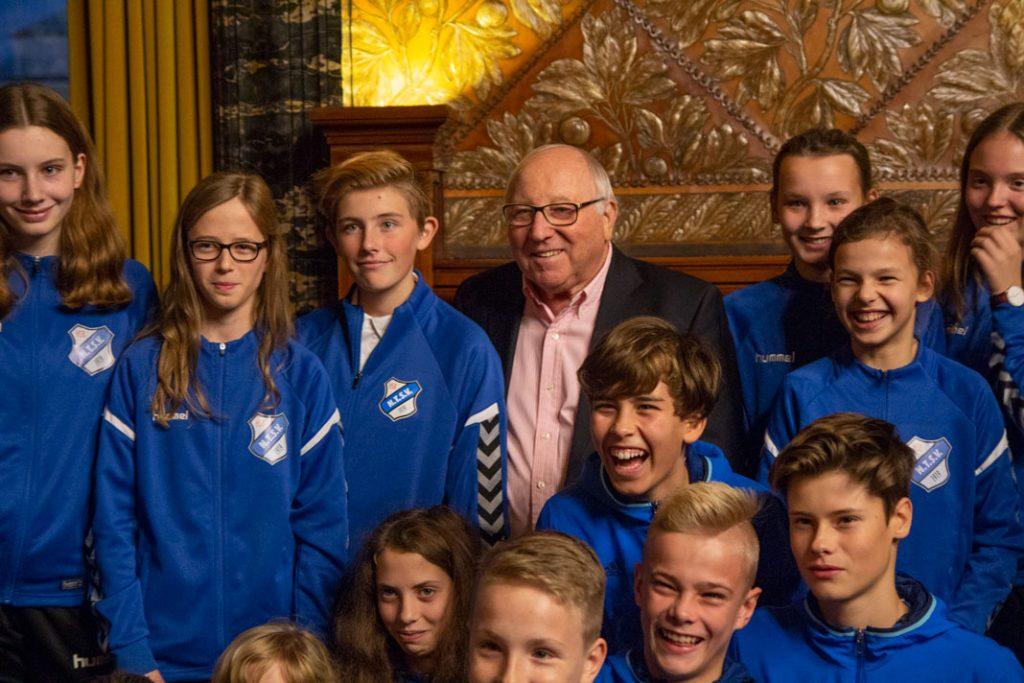 Uwe Seeler mit der Jugendmannschaft des Niendorfer TSV.