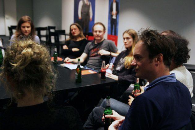 Felix Lohrengel hört den Teilnehmern von Uni trifft Theater aufmerksam zu. Foto: Nadine von Piechowski