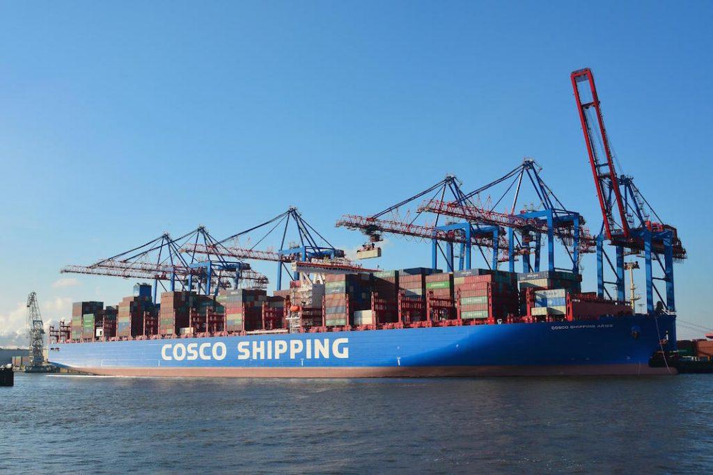 Die chinesische Staatsreederei Cosco ist ein langjähriger und regelmäßiger Kunde des Hamburger Hafens. Künftig sollen noch mehr Container mit dem Zug in das asiatische Land transportiert werden. Foto: HHLA / Dietmar Hasenpusch