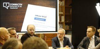 Oliver Schröm (zweiter von rechts) im Gespräch mit seinen Kollegen von Correctiv. Foto: CIvo Mayr/ CORRECTIV