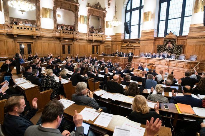 Die Hamburgische Bürgerschaft stimmt über den Haushalt ab. Foto: Daniel Reinhardt/dpa