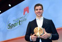 Hamburgs Sportler des Jahres Torben Johannesen mit der Medaille.