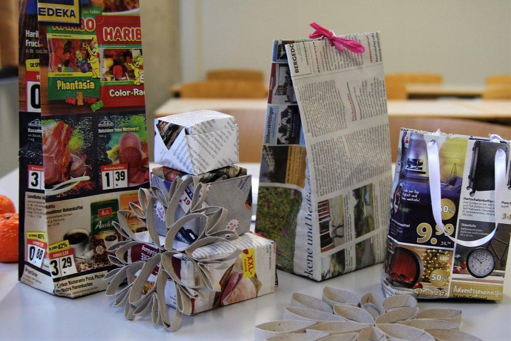 Aus alten Zeitungen und Werbeprospekten lassen sich schnell schöne Geschenkverpackungen basteln. Foto: Hannah Lesch