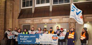 """Streikende Mitglieder der EVG halten am Hauptbahnhof eine Transparent mit der Aufschrift: """"Nu geev maal Botter bi de Fiss!"""". Foto: Georg Wendt/dpa"""