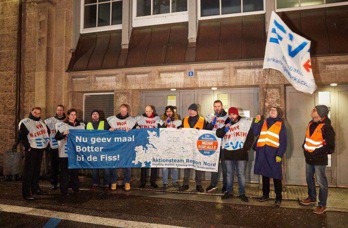 Streikende Mitglieder der EVG halten am Hauptbahnhof eine Transparent mit der Aufschrift: