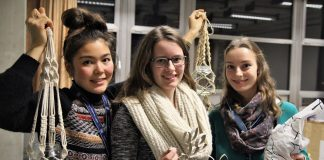 """Sara Kameyama, Bianca Wiedersich und Lea Rupelt haben den Kurs """"Nachhaltige Weihnachten"""" vorbereitet. Foto: Hannah Lesch"""