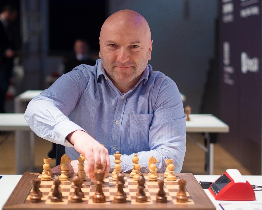 Schach-Großmeister Georgios Souleidis am Schachbrett.