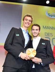 Julius Thole und Clemens Wickler lächeln mit der Medaille in die Kamera.