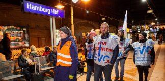 Bahn-Streik: Mitarbeiter der Eisenbahn- und Verkehrsgewerkschaft (EVG) streiken am Hamburger Hauptbahnhof.