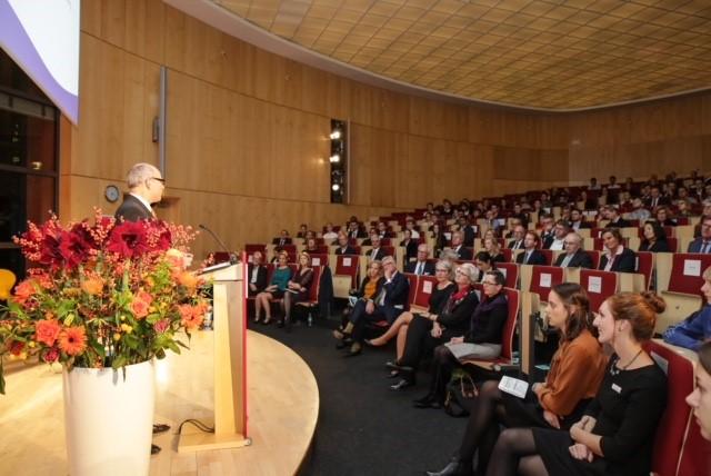 Ties Rabe hält die Begrüßungsrede bei der Preisverleihung. Foto: Claussen-Simon-Stiftung