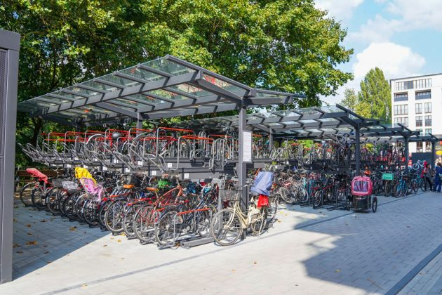 Bis 2025 werden an allen U- und S-Bahn-Stationen in Hamburg Bike+Ride-Anlagen gebaut. Dazu zählen - wie hier an der U-Bahn-Station Hoheluft - doppelstöckige Fahrradständer, abschließbare Boxen und Schließfächer für zum Beispiel Helme. Kostenpunkt: 30 Millionen Euro. Foto: ww.mediaserver.hamburg.de / Marek Santen