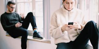 Studenten bei der Nutzung von sozialen Medien am Smartphone.