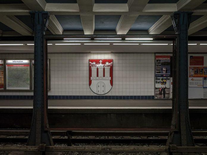 Sperrung U3: Leerer U-Bahnhof. Wappen der Freien und Hansestadt Hamburg im U-Bahnhof Rathaus.
