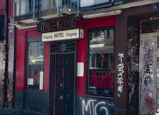 Der Eingang der Hong-Kong Bar. Der ehemalige Besitzer fiel der Chinesenaktion von 1944 zum Opfer. Foto: Astrid Benoelken