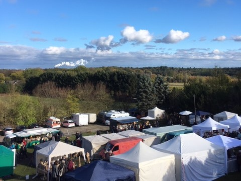 Der Hubertusmarkt am Kiekeberg mit Aussicht über den Landkreis Harburg. Foto: Thoya Urbach
