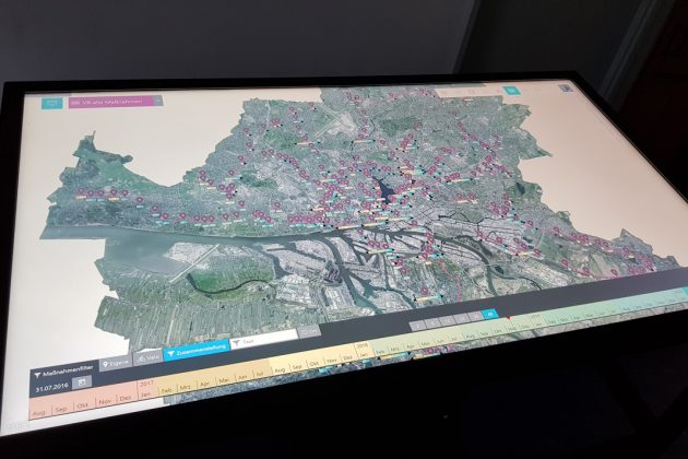 """Der Multi-Touch-Tisch ist Teil des Projekts """"VeloROADS"""", mit dem die Stadt Hamburg den Prozess des Veloroutenausbaus transparent machen will. Der Tisch zeigt den Ausbaustatus und es lassen sich verschiedene Planungsunterlagen einblenden. Foto: Behörde für Wirtschaft, Verkehr und Innovation"""