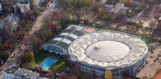 Das in die Jahre gekommene Stadion wird saniert. Foto: Daniel Bockwoldt/dpa
