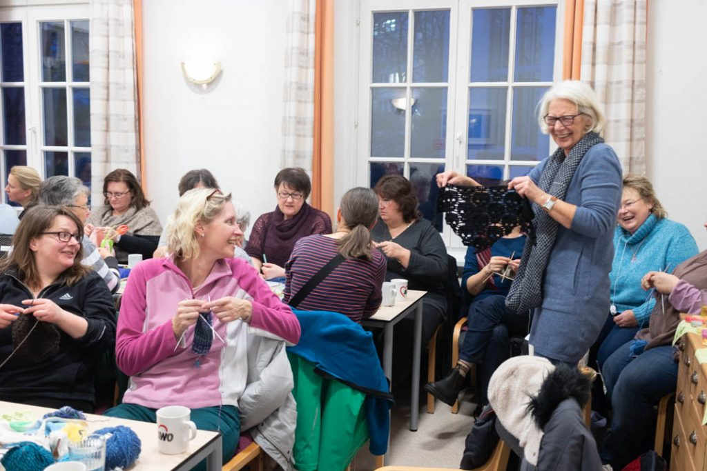 Teilnehmerinnen bewundern das entstandene Totenkopfhalstuch einer weiteren Teilnehmerin. Foto: Melina Mork