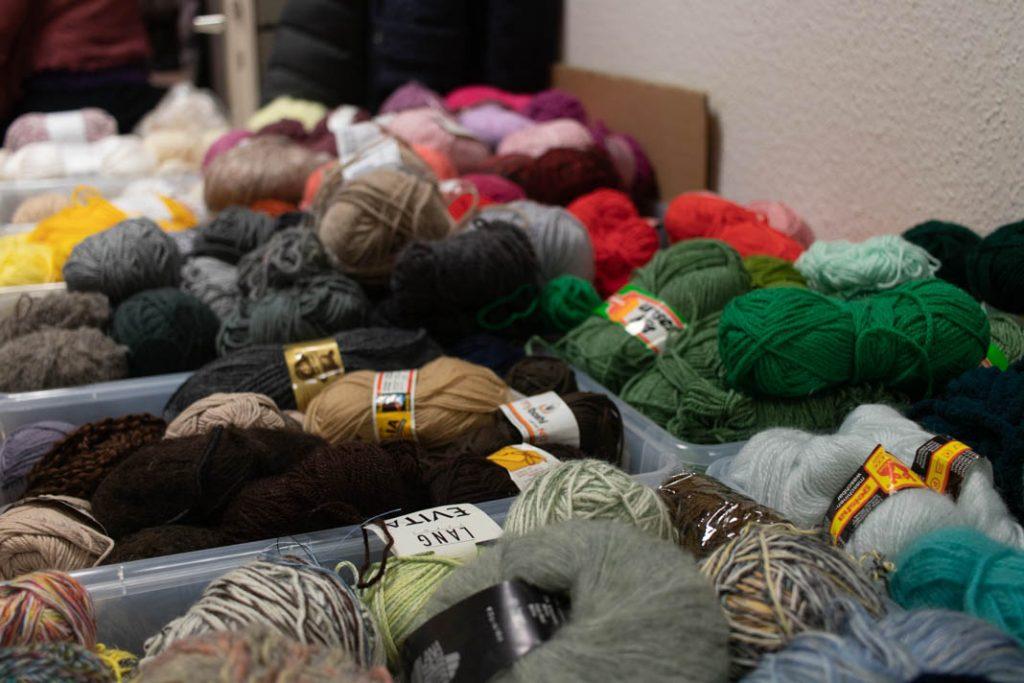 Die Plastikbehälter sind bis oben mit Wolle gefüllt. Foto: Melina Mork