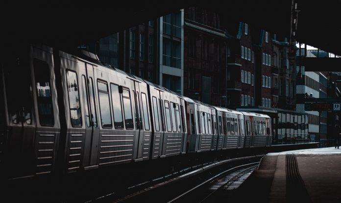 Eine Hamburger U-Bahn des ÖPNV am Rödingsmarkt. Foto: Max Langelott/Unsplash