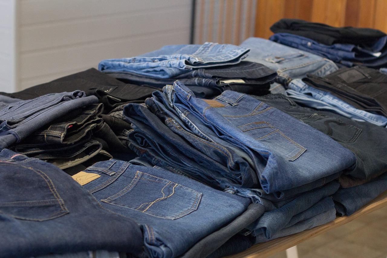 Gebrauchte Kleidung auf einem Flohmarkt. Foto: Pixabay