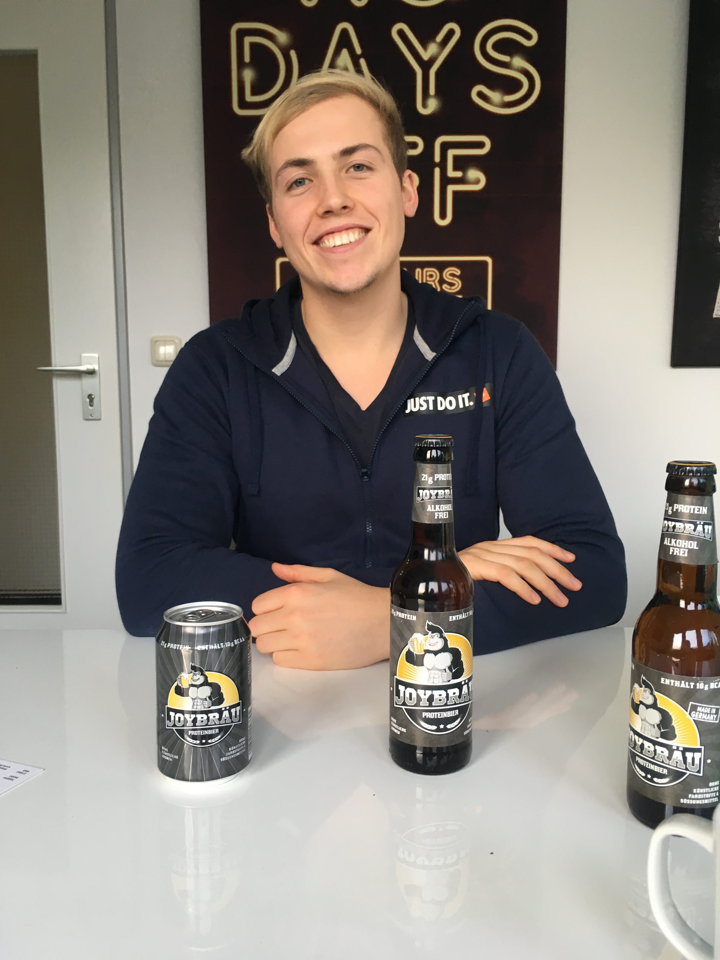 Tristan Brümmer stellt sein Proteinbier JoyBräu vor. Zu kaufen gibt es das Sportlerbier in der Dose und in der Flasche. Foto: Thoya Urbach