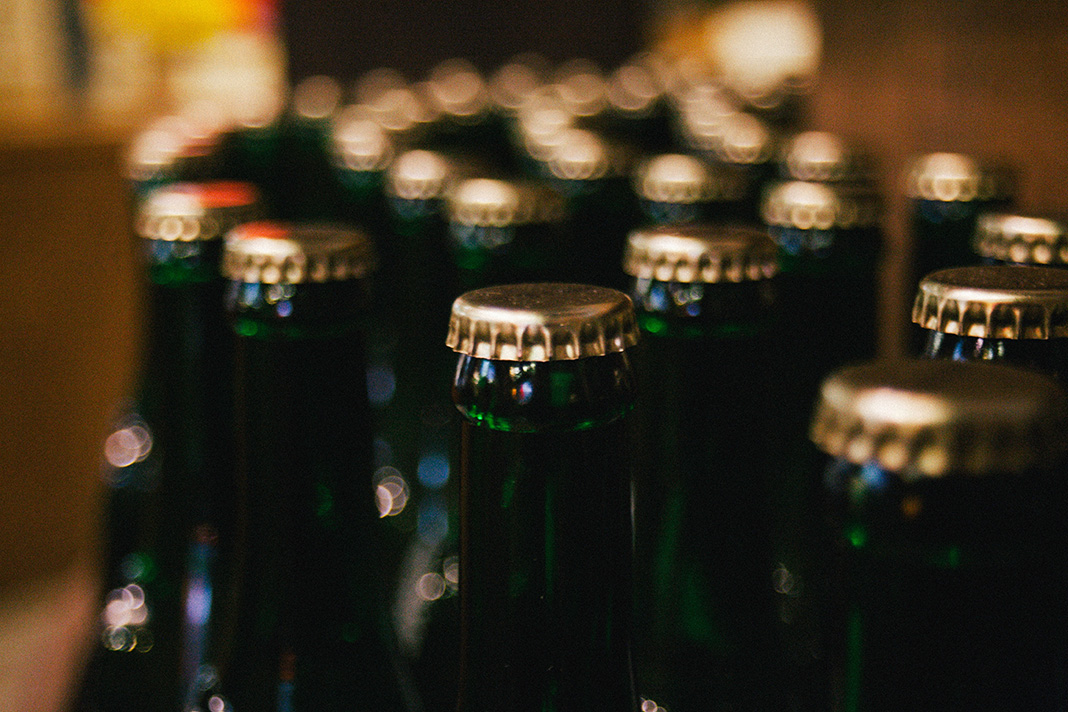 Grüne Bierflaschen mit goldenem Kronkorken
