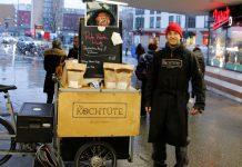 Robert Wetzorke steht mit dem Lastenfahrrad von Chris' Kochtüte an der U-Bahn-Station Hoheluftbrücke