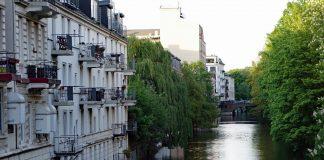 Häuser und Bäume am Kanal in Eppendorf.