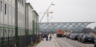 Menschen gehen von der S-Bahnstation Elbbrücken zum Flüchtlingsheim