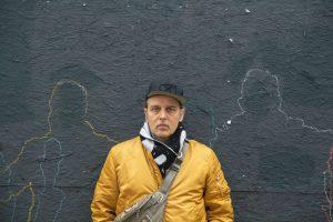 Frank Egel steht vor der schwarzen Holzverkleidung des Esso-Geländes. Foto: Max Nölke