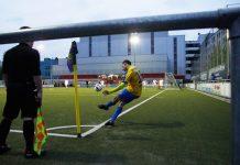 BU-Spieler Abdel Hathat schlägt unter Flutlicht einen Eckball.