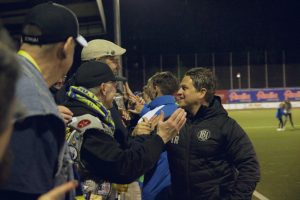 Fans gratulieren BU-Trainer Marco Stier nach dem Sieg.