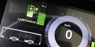 Digitales Tachometer eines Elektrobusses der Hamburger Hochbahn