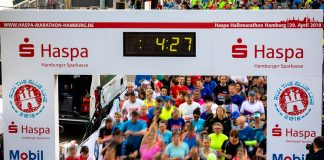 Eine Menschenmenge, die sich über die Startlinie des Hamburg Marathons drängt.
