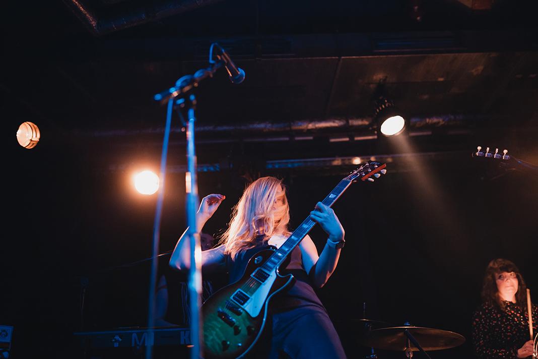 Katrin Hesse, Gitarristin und Vocalistin der Band Clara Bow, spielt ein Gitarrensolo.