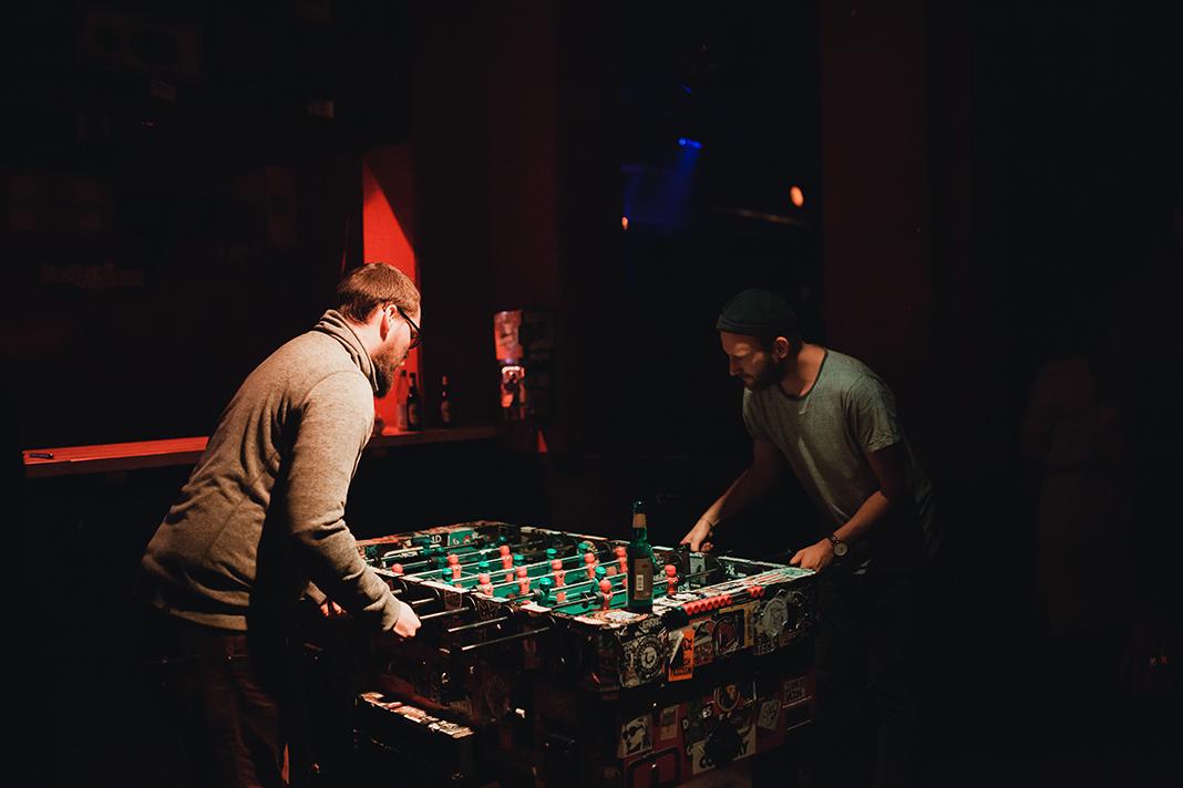 Zwei Männer spielen Tischkicker im Hafenklang.