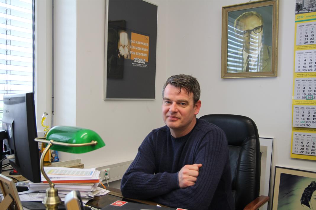 Betriebsleiter der Stilbruch Filialen Roman Hottgenroth sitzt an seinem Schreibtisch in der Wandsbeker Filiale.