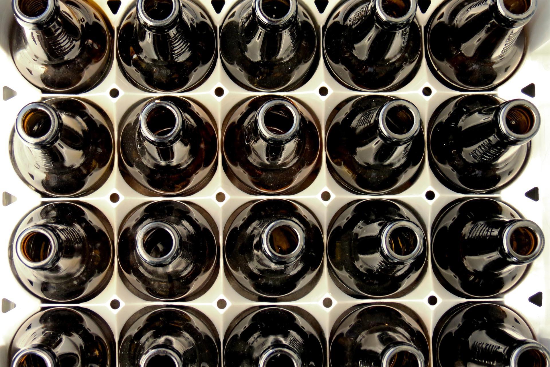 Bierkiste von oben mit geöffneten Bierflaschen