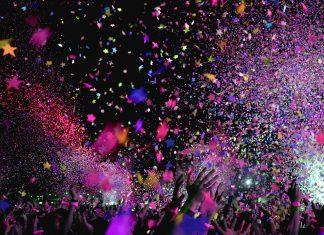Menschen feiern eine Party und schmeißen Konfetti in die Luft.