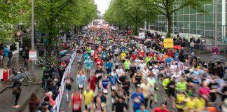 Menschen laufen auf der Straße beim 34. Haspa-Marathon.
