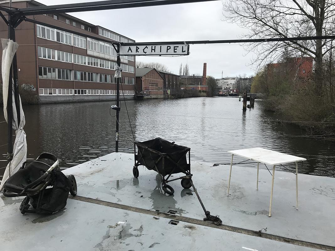 Aus dem Kanal geborgene Gegenstände auf dem Archipel.