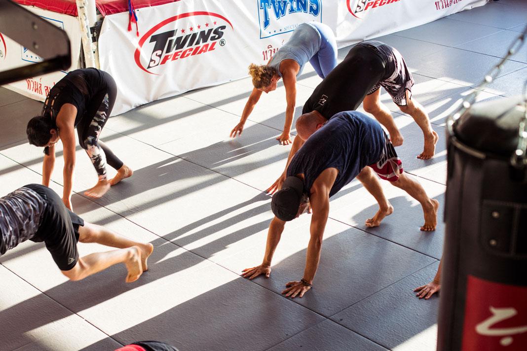 Kriechen, krabbeln, robben: Die Kursteilnehmer lernen Im Movement und Athletics Kurs ihren Körper durch ungewohnte Positionen herauszufordern.