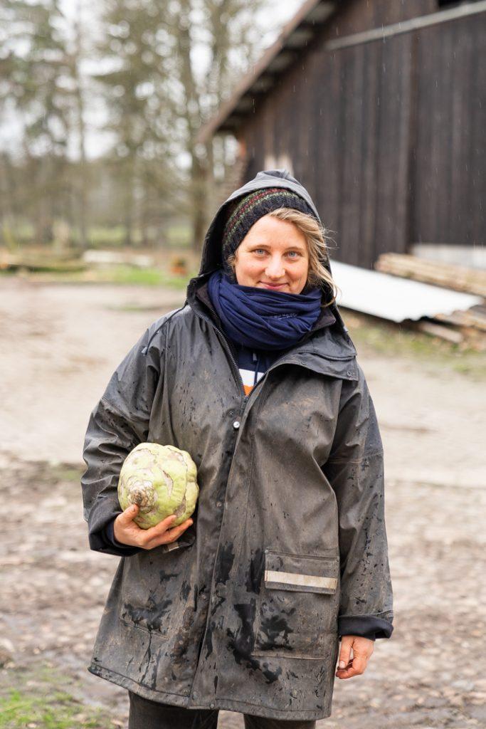 Katharina Kampe mit einem Exemplar des Superschmelz-Kohlrabi aus der letzten Saison.