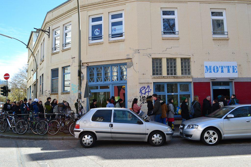 Schlange wartender Menschen vor dem Gebäudeeingang des Kulturzentrums Motte e.V. in Hamburg-Ottensen