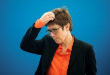 Annegret Kramp-Karrenbauer greift sich an den Kopf.