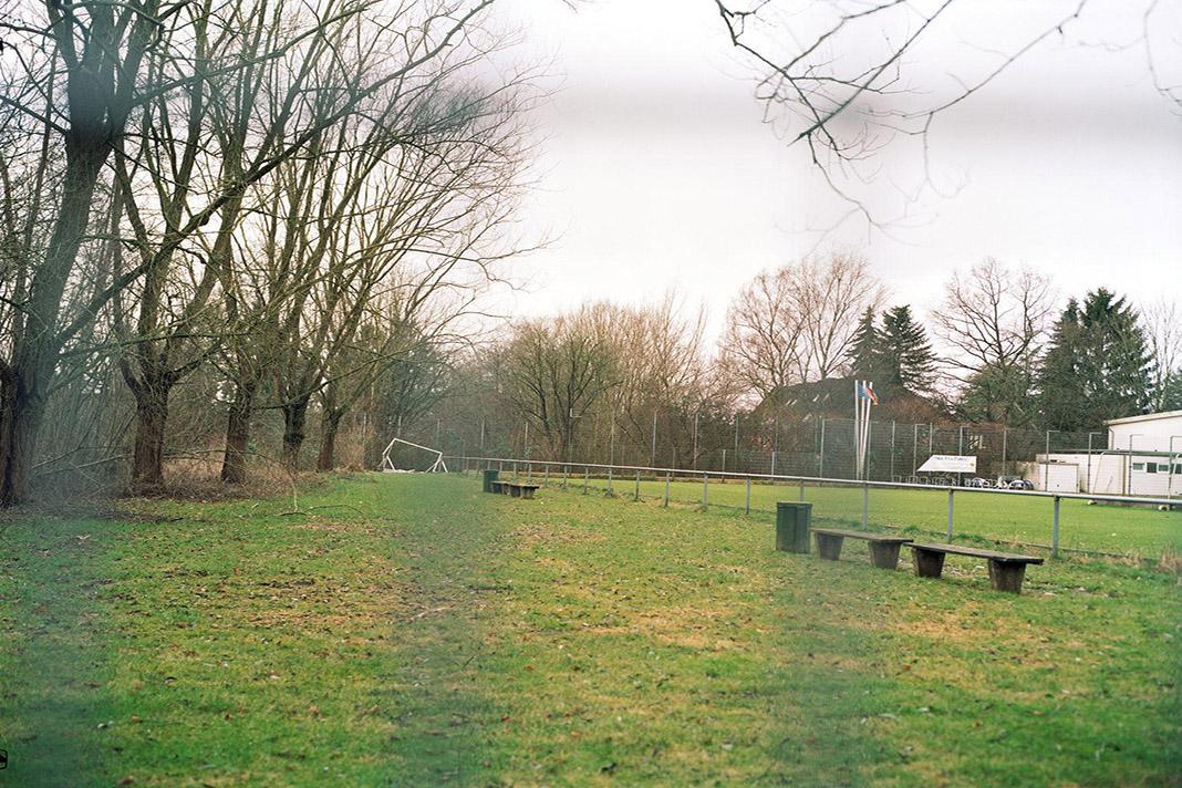 Der Sportplatz in Bergedorf durch ein Gitter fotografiert.