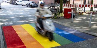 Ein Roller passiert eine neue Regenbogen-Markierung im Hamburger Stadtteil St. Georg.